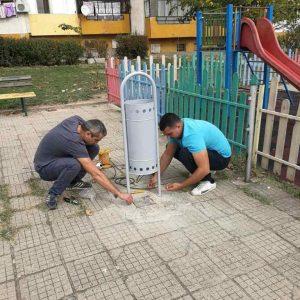 """Общински съветници и младежи от ГЕРБ-Сливен обновиха детска площадка в квартал """"Сини камъни"""""""