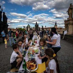 """Чехите казаха """"Чао, чао!"""" на коронавируса, биха му шута и се събраха в Прага на """"прощално парти"""" /снимки/"""