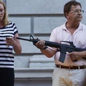 Американско семейство защити с оръжие дома си от протестъри. Тръмп пусна видеото в Туитър