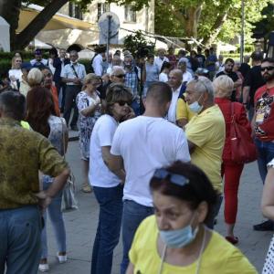 Хиляди граждани излязоха в защита на Радев след нахлуването на прокурори в президентството